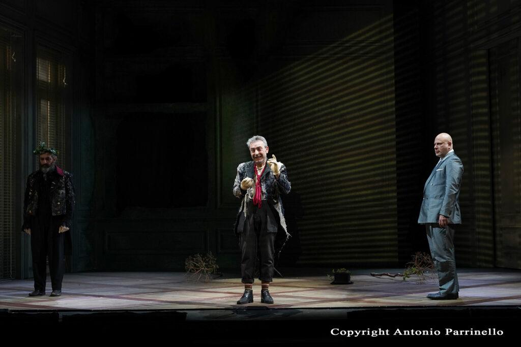 Attori di Baccanti a figura intera durante lo spettacolo teatrale del Teatro Stabile