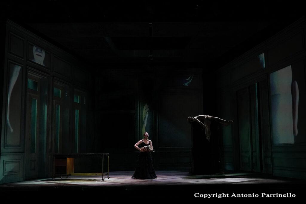 Scena suggestiva di Baccanti con attore come sospeso nel vuoto