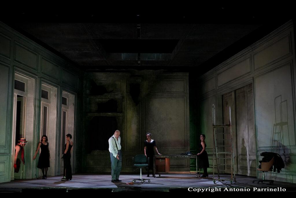 Panoramica con attori in scena nello spettacolo teatrale del Teatro Stabile
