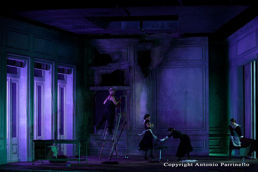 Scena di Baccanti spettacolo teatrale del Teatro Stabile di Catania